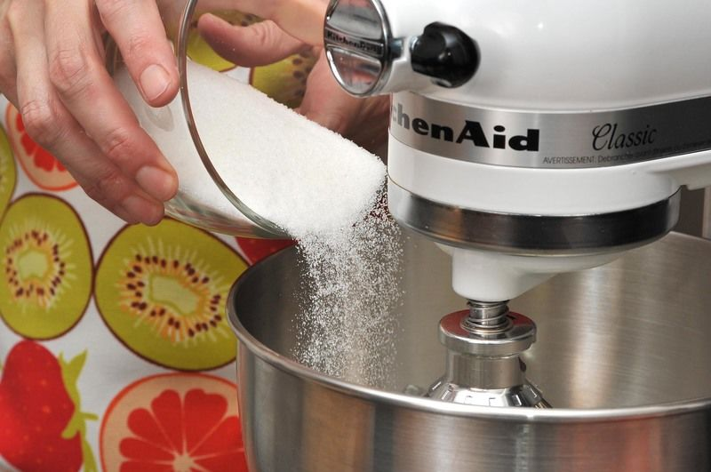 Poner a remojar las fresas durante 5 minutos en un tazón con agua y dos gotas de desinfectante. Batir el queso crema en la batidora con 3/4 de taza de azúcar hasta que se vea cremoso. Agregar la crema e incorporar batiendo un minuto más.