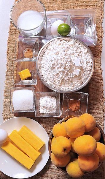 Ingredientes para la masa base: 250 gramos de mantequilla con sal 1 pieza de huevo 1 pieza de bolsa de plástico 1/4 taza de agua fría 4 tazas de harina de trigo Ingredientes para el relleno: 20 piezas de durazno 1/2 pieza de limón 3/4 taza de azúcar blanca 1/2 cucharita de canela en polvo 1/8 cucharita de nuez moscada 2 cucharadas de mantequilla con sal 2 cucharadas de harina de trigo Ingredientes para decorar: 1 pieza de yema de huevo 1/4 taza de azúcar blanca