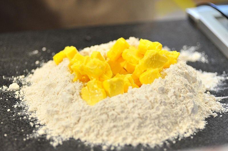 Precalentar horno a 350 °F (180 °C). Para hacer la masa base para el pay, cortar en cubos pequeños la mantequilla. Cernir la harina antes de medirla y hacer con ella un volcán, colocar en el centro la mantequilla, el huevo, el agua fría y la pizca de sal. Incorporar todos los ingredientes con las yemas de los dedos, comenzando por el centro, sin trabajar demasiado la mezcla.