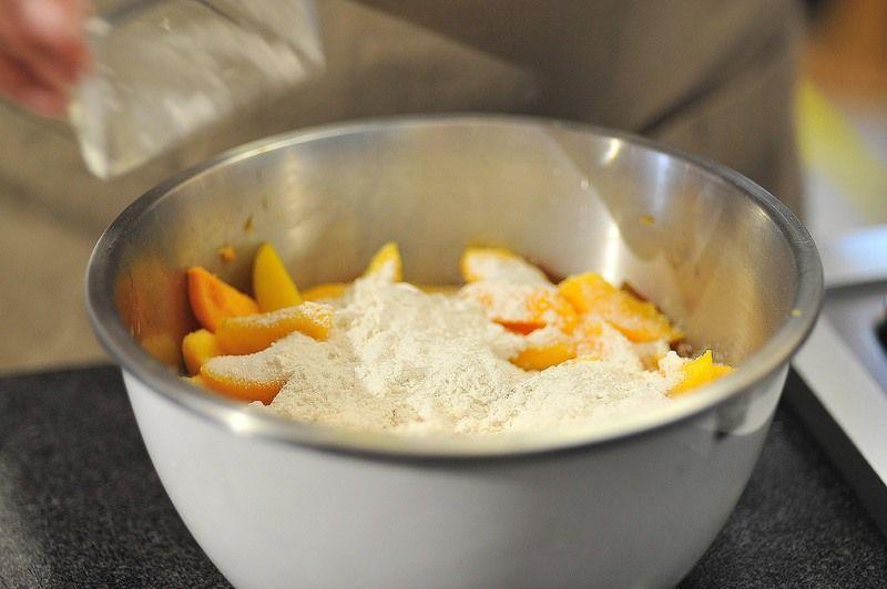 Agregar el azúcar, las dos cucharadas de harina, la canela y la nuez moscada, revolver bien.