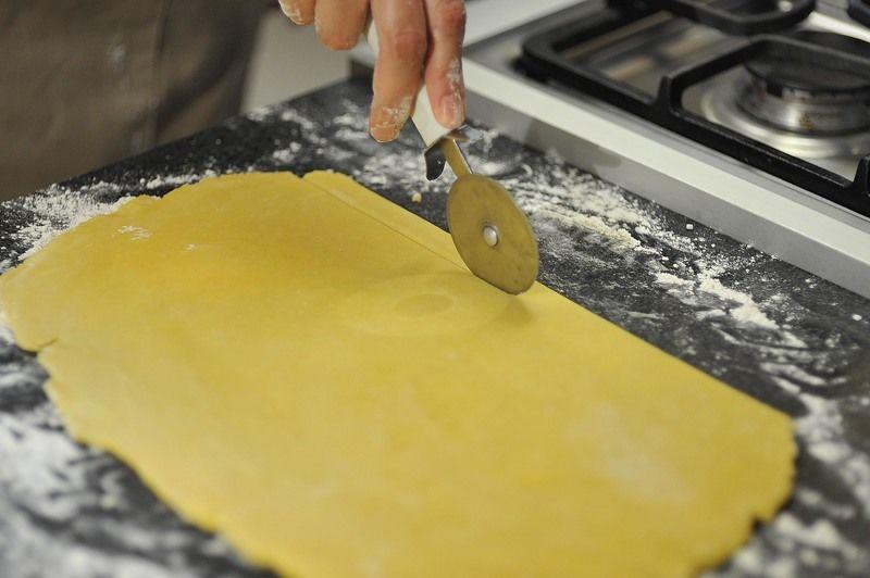 Extender el resto de la masa y cortar en tiras delgadas.