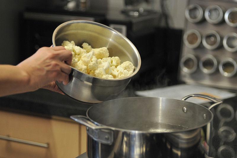 Cortar la coliflor en trozos pequeños (arbolitos). Poner a cocer en una olla con agua durante 15 minutos o hasta que esté blanda. Escurrir y reservar.