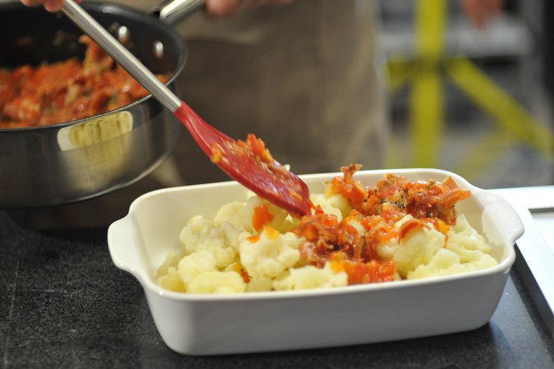 Bañar con la salsa cocida y espolvorear con el queso rallado. Hornear en horno pre calentado a 350°F (175°C) hasta que el queso se gratine.