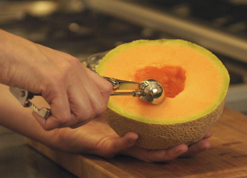 Con un cauchara, retirar las semillas del centro del melón. Con una cuchara pequeña para hacer bolas de helado, hacer bolitas de melón. También se puede cortar en cubos pequeños.