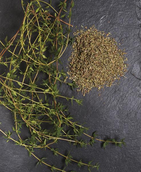 Orígenes: Hay muchas especies, la más utilizada es Thymus vulgaris. Los antiguos egipcios utilizaban esta hierba en los embalsamamientos. Los griegos la utilizaban en sus baños y la quemaban como incienso en sus templos. Se cree que su extensión por toda Europa, se debe a los romanos pues lo usaban para purificar sus viviendas. Los tomillos son plantas perennes pertenecientes a la familia de las labiadas. Son plantas de baja altura y tallo leñoso. Sus hojas son muy pequeñas y aromáticas. Sabor: Intenso Usos en la cocina: Combina a la perfección con pastas, pescados, cordero, pollo y verduras. Se utiliza también para aromatizar aceites. Se utiliza ampliamente en la cocina mediterránea. En la cocina francesa es un componente importante en el bouquet garni, además de en las Hierbas de Provence. En México es componente de las hierbas de olor, en las que se vende en atados junto con laurel, y mejorana.