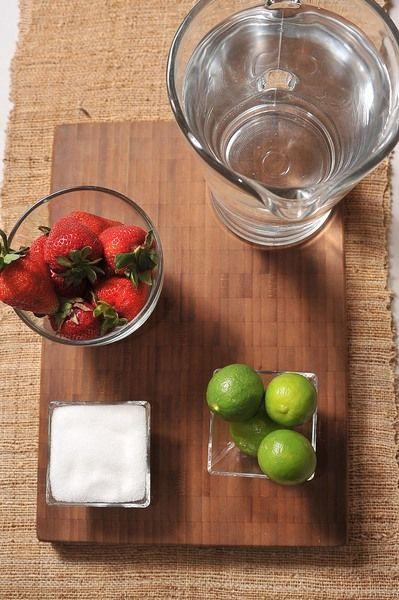 10 piezas de fresa 4 piezas de limón 1/4 taza de azúcar blanca 6 tazas de agua desinfectante de verduras al gusto hielo al gusto