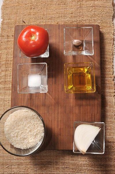1 taza de arroz 1 pieza de jitomate bola 1/4 pieza de cebolla blanca 1/2 cucharita de sal agua al gusto aceite de oliva al gusto 1 diente de ajo