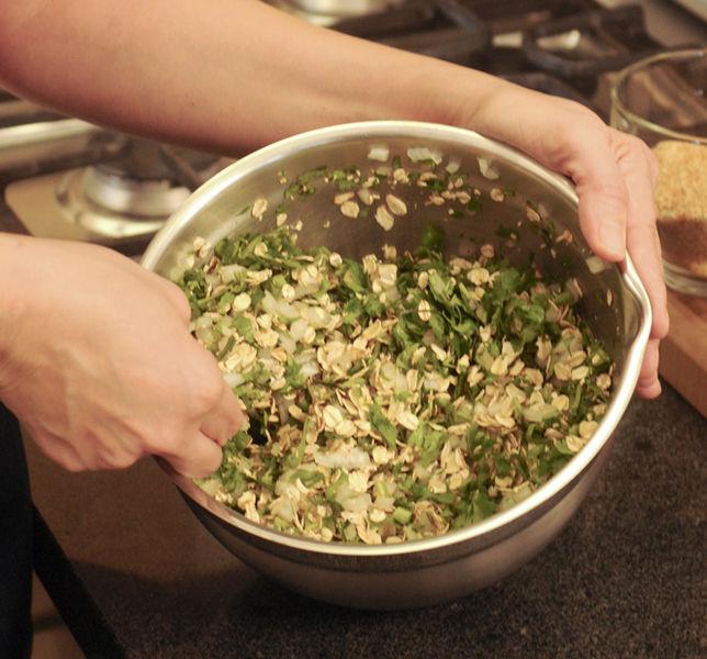 Picar finamente la cebolla y el cilantro y mezclar dentro de un tazón. Agregar el huevo, mezclar bien hasta que quede bien incorporado.