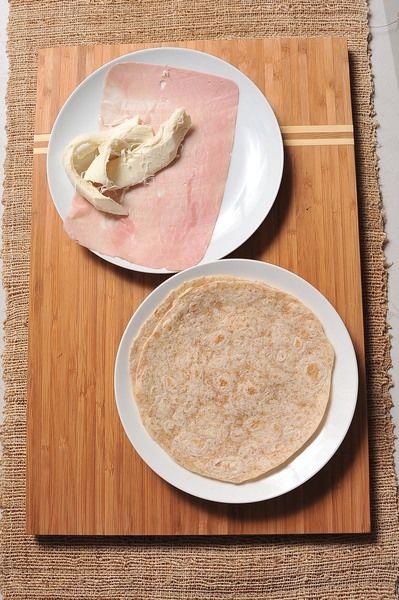 2 piezas de tortilla de harina integral 1 rebanada de jamón 50 gramos de queso Oaxaca