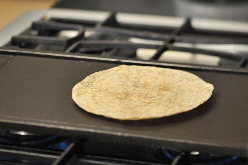 Poner a calentar el comal a fuego medio. Colocar una tortilla de harina.