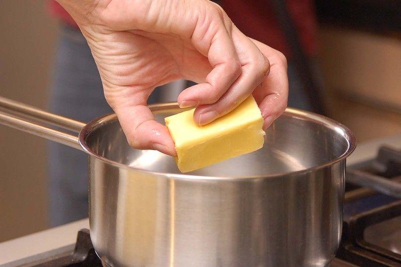 Poner la mantequilla a derretir en una olla honda pequeña. Retirar del fuego y reservar.