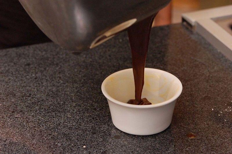 Vaciar la mezcla en cuatro moldes individuales previamente engrasados con mantequilla. Hornear entre siete y nueve minutos en horno pre calentado a 400°F (200 °C) hasta que los pastelitos estén horneados pero el centro esté suave. Retirar del horno, dejar reposar un minuto, desmoldar y servir inmediatamente.
