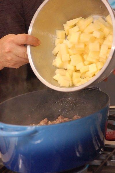Añadir las papas peladas y cortadas en trozos cuando falten 20 minutos de cocimiento. La carne lista cuando se parte fácilmente con el tenedor.