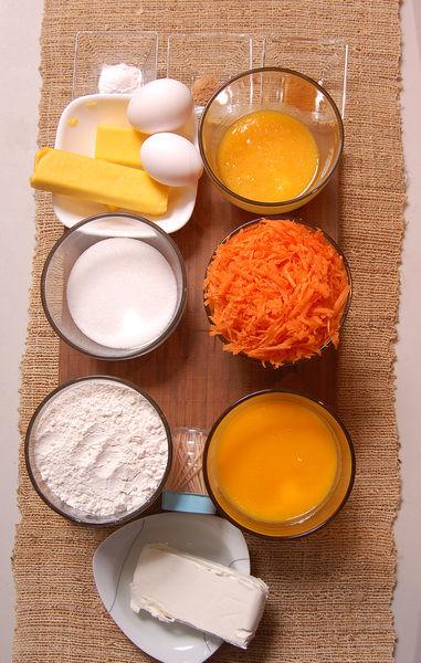 Ingredientes para el pastel 1 taza de azúcar blanca 2 tazas de harina de trigo 1/4 cucharita de nuez moscada 2 piezas de huevo 3 tazas de zanahoria rallada 1 1/4 tazas de jugo de mango 100 gramos de mantequilla 2 cucharitas de polvo para hornear (levadura química) Ingredientes para el remojo palillos al gusto 1/2 taza de jugo de mango Ingredientes para el betún 2 tazas de azúcar glass (pulverizada) 1 cucharita de extracto de vainilla 50 gramos de mantequilla 190 gramos de queso crema