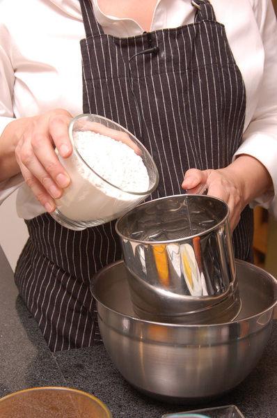 En un tazón cernir la harina, el polvo para hornear y la nuez moscada. Reservar.
