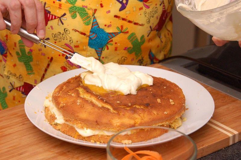 Untar encima el resto del betún en el centro en forma de círculo. Con un pelador, hacer listones anchos y delgados de una zanahoria colocar de forma artística obre el betún para decorar el pastel.