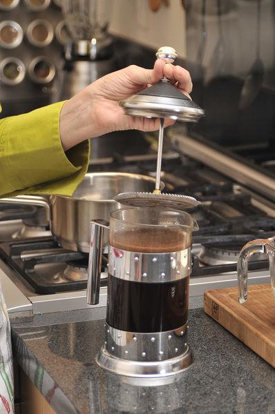 Poner a hervir las 3 tazas de agua. Colocar el café en una percoladora, agregar el agua hirviendo, dejar reposar 5 minutos.