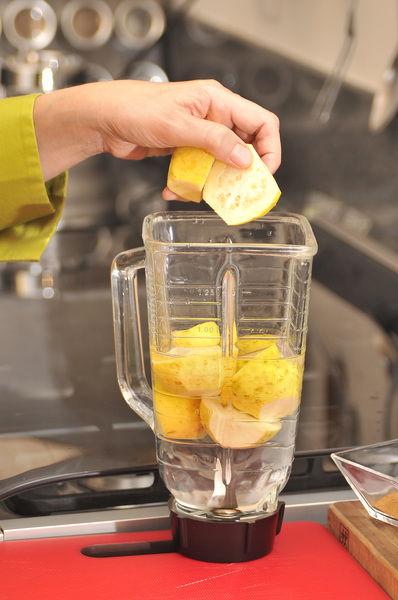 Lavar las guayabas y cortar las puntas y partir a la mitad. Licuar las guayabas con un poco de agua y la canela.