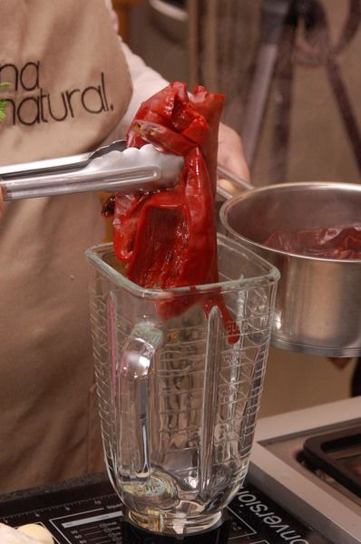 Licuar los chiles junto con el diente de ajo y la cebolla con 1 taza de agua limpia. Reservar.