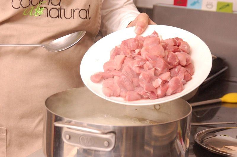 Agregue la carne de cerdo cortada en trozos.