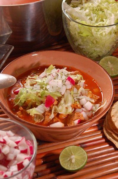 Sirva acompañado de los rábanos picados, cebolla blanca picada, limones, orégano seco, lechuga picada y tostadas de maíz.