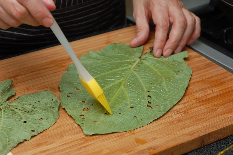 Barnizar con aceite dos hojas limpias.