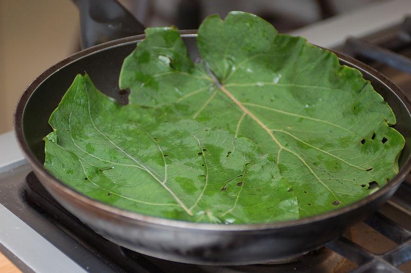 Colocar las hojas en el sartén como base para cocinar los huevos.