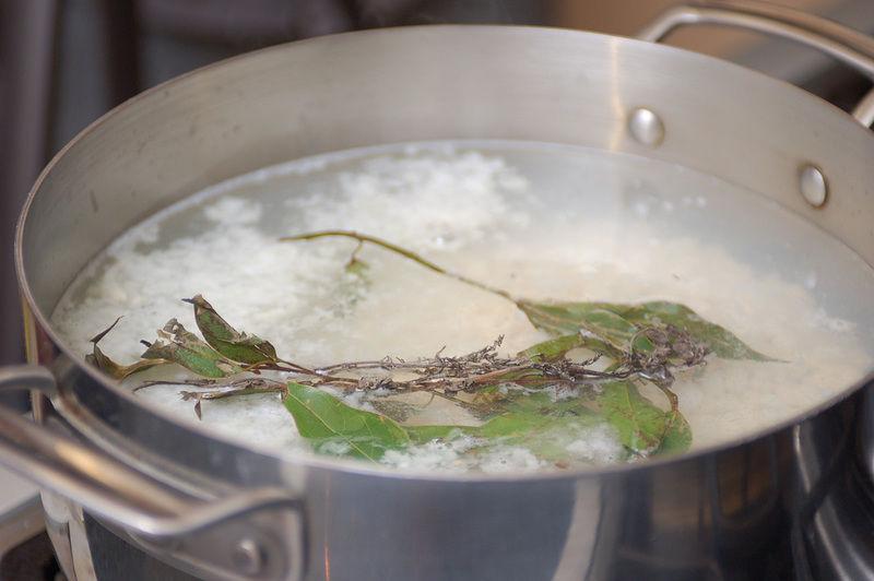 Agregar las hierbas de olor y poner a hervir. Es importante no agregar sal en este momento para que el maíz reviente. Dejar hervir hasta que el maíz reviente aproximadamente 30 minutos. Retirar las hierbas de olor con una pinza.