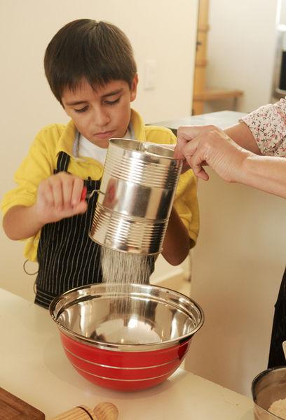 Cortar las rebanadas de jamón en cuadros pequeños. Desmenuzar el queso Oaxaca y reservar. Cernir el harina antes de medirla, agregar el polvo de hornear y la sal. Mezclar bien con una cuchara y volver a cernir todo junto.