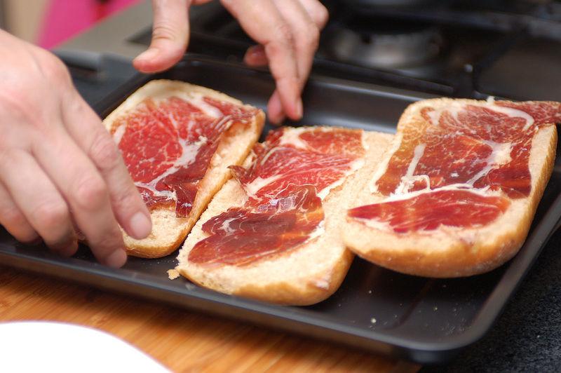 Colocar sobre el pan las rebanadas de jamón serrano.