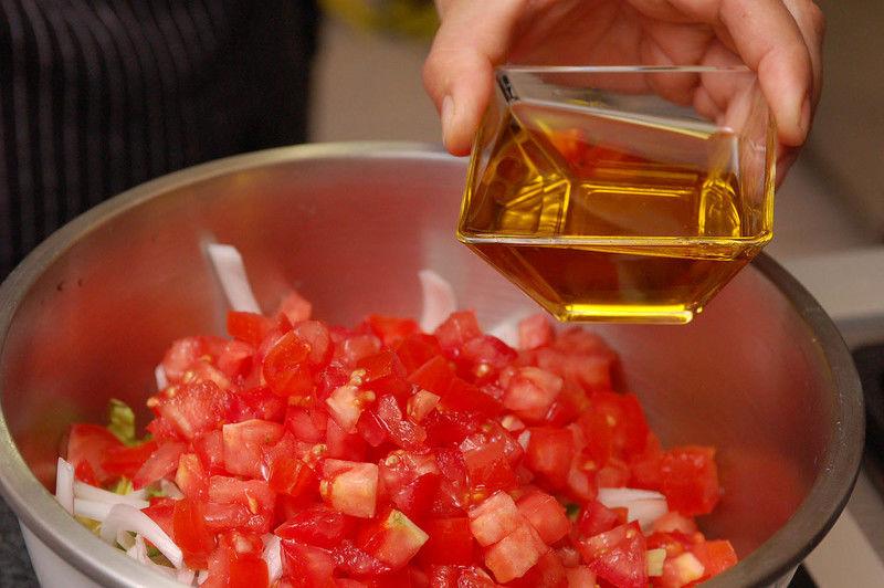 Agregar el aceite de oliva extra virgen, sazonar con sal y mezclar bien.