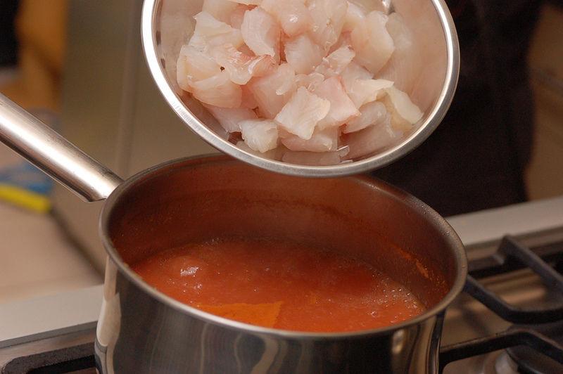 Agregar el pescado cortado en trozos y agua si le hiciera falta. Cuando suelte el hervor, sazonar con la sal si lo requiere.