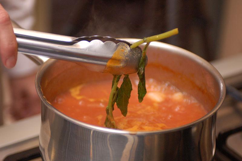 Agregar pimienta, la rama de epazote los chiles serranos cortados en rodajas. Dejar hervir durante 5 a 8minutos. Retirar el epazote.