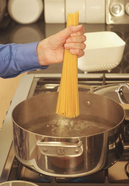 Cocer el espagueti en agua, con un chorrito de aceite de oliva y sal. Hervir durante 8 minutos para quede al dente e inmediatamente escurrir y enjuagar con agua fría.