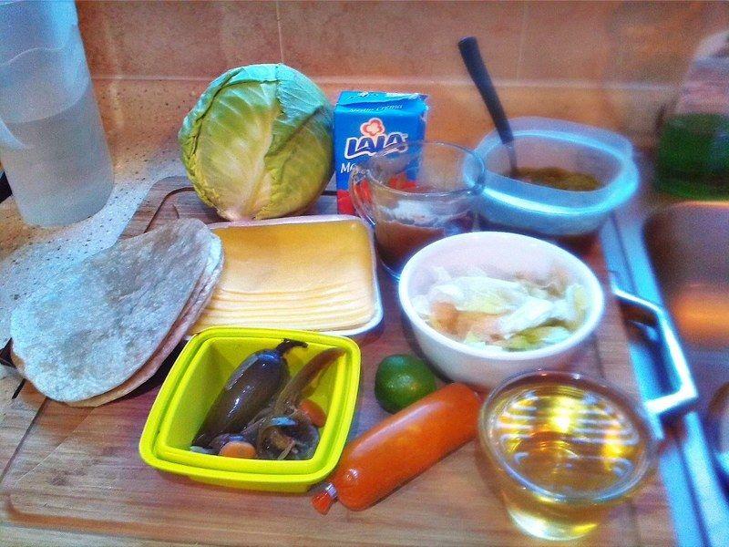 Necesitas tortillas de harina, frijoles guisados, chorizo norteño, queso manchego o amarillo, rajas en escabeche y aceite. Además de los ingredientes para acompañar.