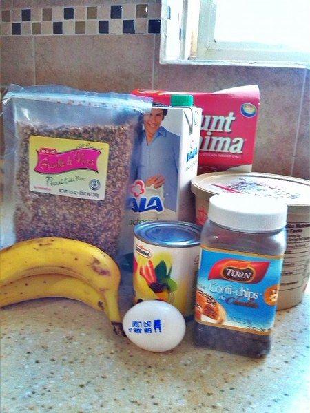 Neceitas harina para preparar hotcakes, leche, mantequilla o margarina, huevo, aceite (opcional), chispas de chocolate, granillo de nuez, plátanos y leche condensada o cajeta.