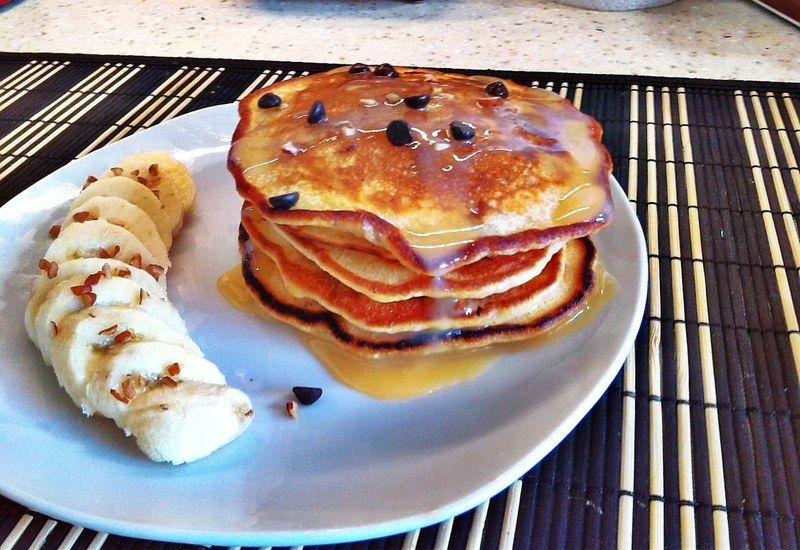 Sirve inmediatamente junto con plátano rebanado y nuez, vierte encima de los hotcakes leche condensada azucarada o cajeta, además de chispas de chocolate y nuez al gusto.