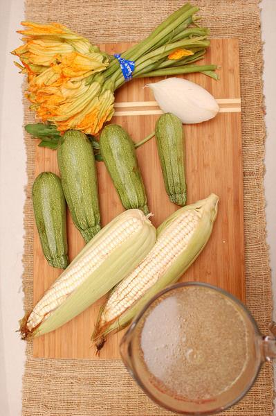 4 piezas de calabacita sal al gusto 1 rama de epazote 4 tazas de caldo de pollo 1/4 pieza de cebolla blanca 2 piezas de elote 1 manojo de flor de calabaza