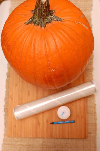 1 pieza de crayón negro 1 pieza de veladora papel plástico adherente al gusto 1 pieza de calabaza de Halloween