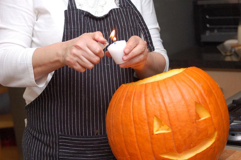 Cortar los ojos y la boca utilizando el cuchillo para calabaza, esta vez en un ángulo recto. Una vez cortados los bordes. Golpear con la base de una cuchara hacia adentro para zafar los ojos y la boca.
