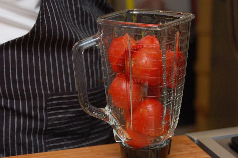 Moler el jitomate con el diente de ajo y la cebolla y reservar.