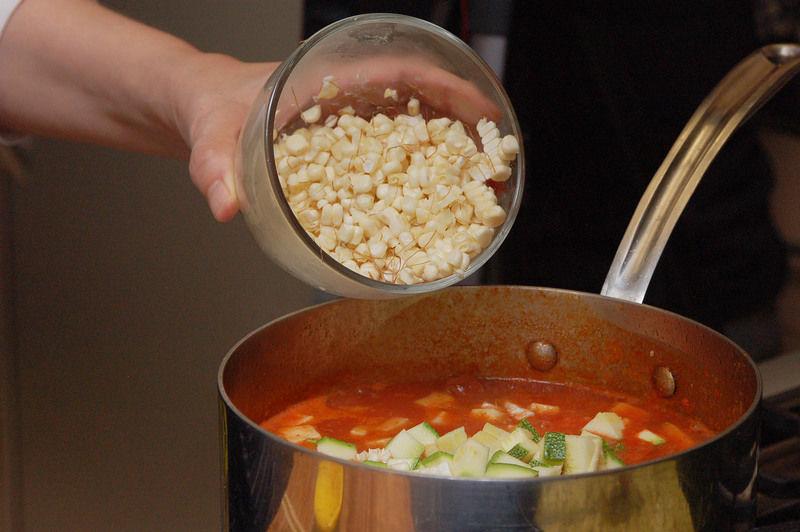 Agregar el elote desgranado, sazonar con sal y continuar hirviendo durante otros 10 minutos hasta que las verduras estén cocidas.