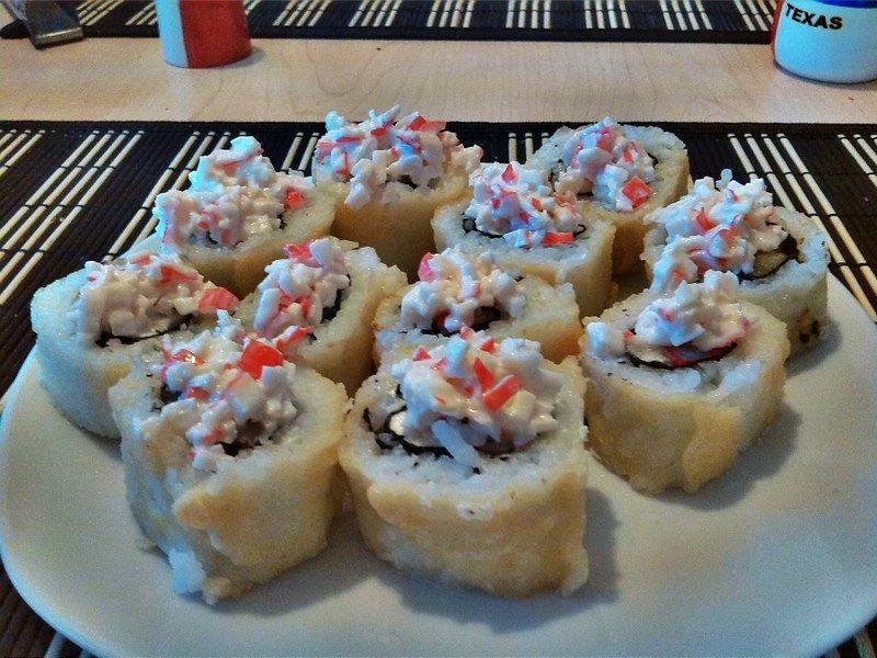"""El resto de los makizushis se hace combinando los demás ingredientes que tienes, puedes por ejemplo mezclar surimi, queso y camarón. Los puedes hacer incluso de cuatro ingredientes o hacer un rollo California pero colocar queso crema encima y camarón antes de cortar el makizushi, una versión muy deliciosa es la que está empanizada con tempura y en la cual se coloca ensalada de surimi encima de cada rebanada """"acostada"""". También hay personas que gustan poner queso crema encima y rebanadas de fresa o kiwi, o hueva de pescado, es sólo cuestión de gusto e imaginación."""