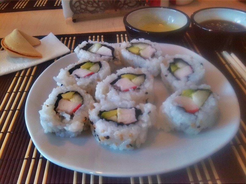 Rinde para cuatro personas aproximadamente, para acompañarlo, vierte en salseros pequeños, una cucharada de salsa de soya fermentada y el jugo de un limón, espolvorea una pizca de ajonjolí beige. El makizushi se sumerge en esta salsa. No olvides preparar un poco de wasabi, aproximadamente una cucharadita para cada comensal. Puedes también preparar ensalada sunomono y servirla en recipientes aparte para acompañar el sushi.