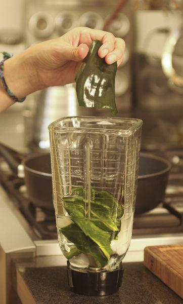 Moler chile, ajo y cebolla en la licuadora con un poco del agua.