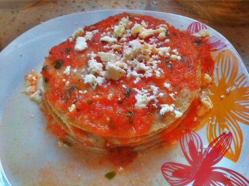 Para la tortilla del tope será al revés la operación: primero la bañarás de salsa y después agregarás el queso.
