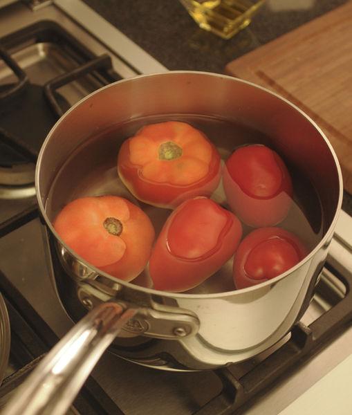 Poner suficiente agua a hervir a fuego alto en una olla honda y grande para cubrir los jitomates, cocer hasta que la cáscara se despelleje, aproximadamente 10 minutos. Dejarlos enfriar, pelar y sacar las semillas. Picar la pulpa del jitomate en trocitos.