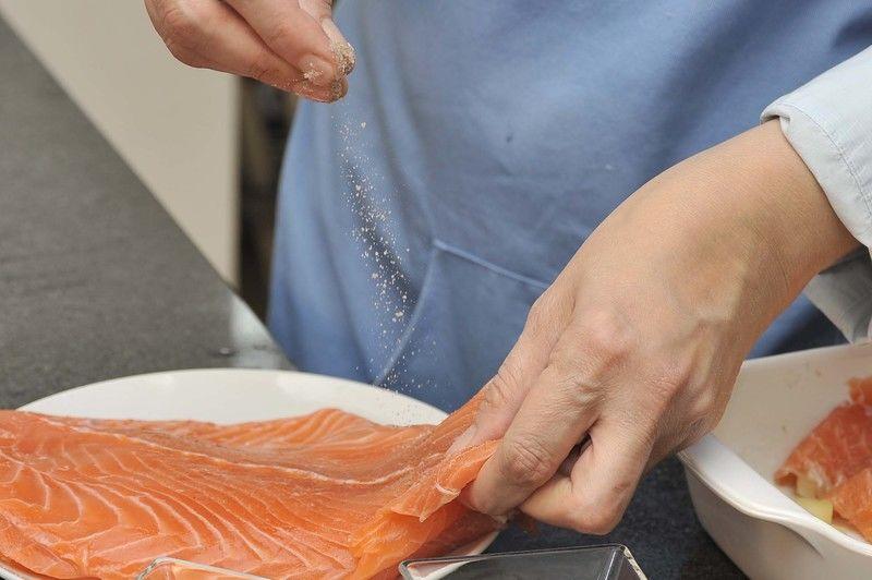 Salpimentar los filetes de salmón.