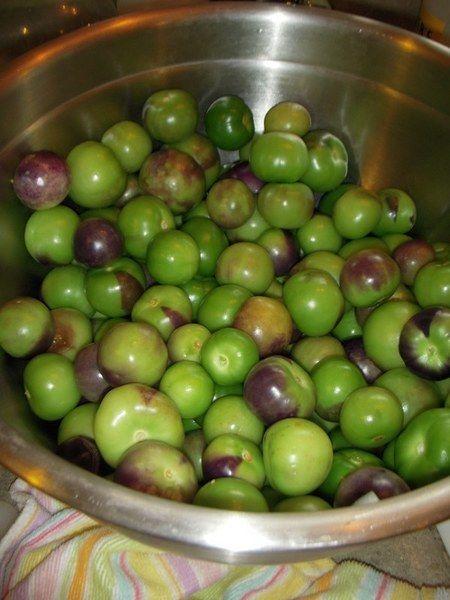 Limpia los tomatillos y cuécelos junto con el chile jalapeño.