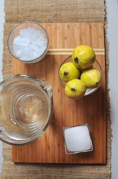 1 1/2 litros de agua hielo al gusto 1/4 taza de azúcar blanca 6 piezas de guayaba